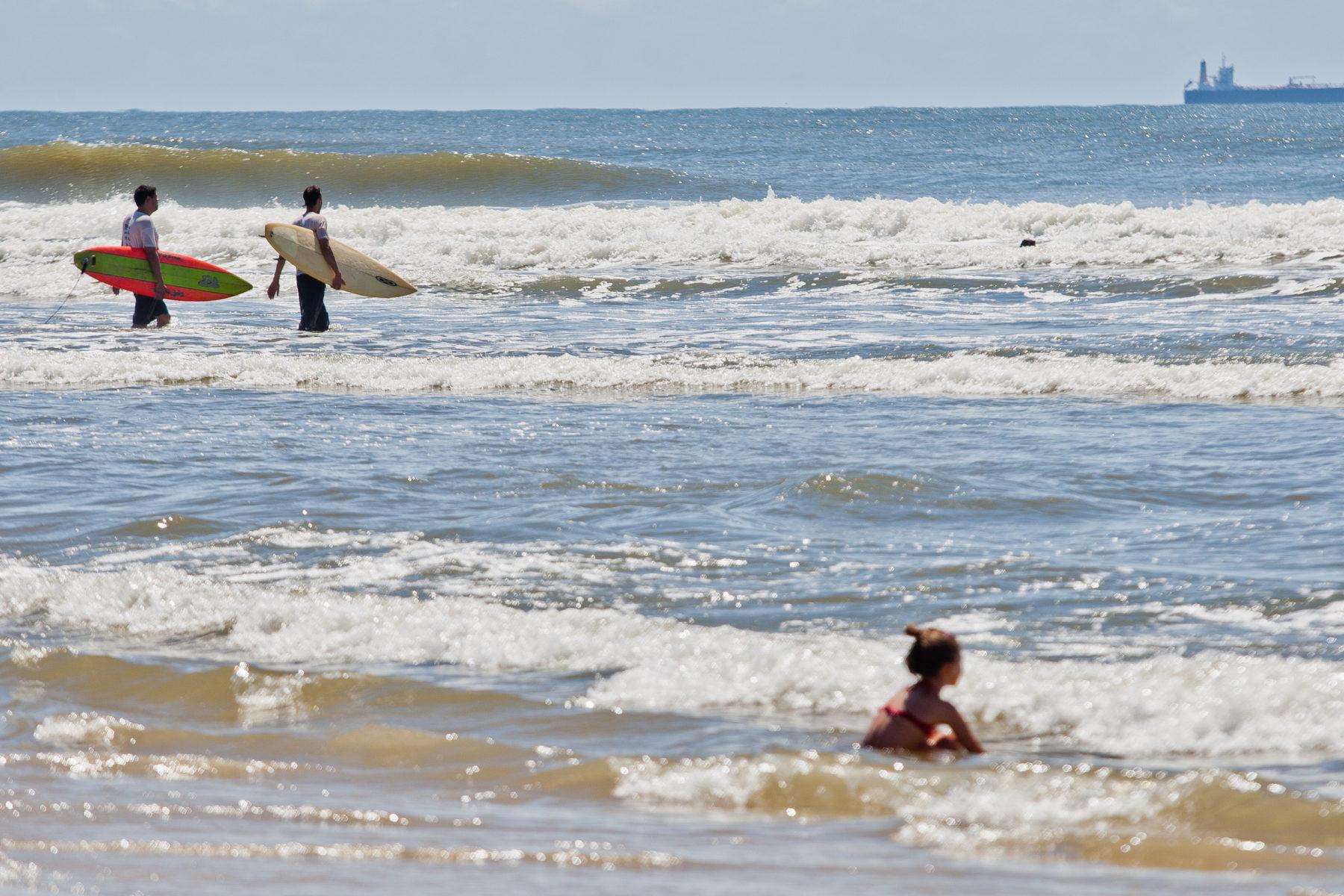 Surfistas aproveitando o mar na praia de Imbé, no Litoral Norte. Foto: Alina Souza/Palácio Piratini (Arquivo)