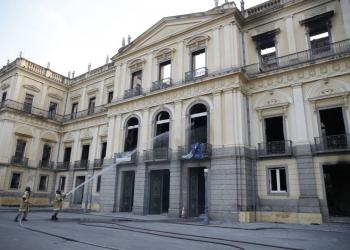 Bombeiros apagam pontos de fogo no Museu Nacional após incêndio. Foto: Tomaz Silva/Agência Brasil