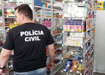 Agente da Polícia Civil durante a ação. Foto: Divulgação/Polícia Civil