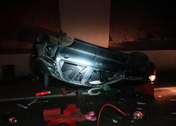 Carro capotou no acidente. Foto: Divulgação/PRF