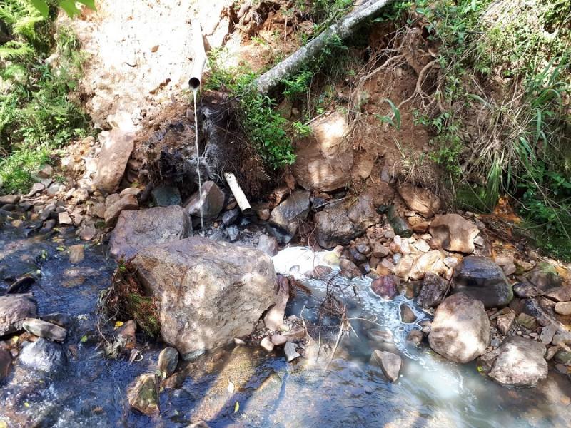 Uma das empresas realizava lançamento de efluentes de curtume diretamente em curso hídrico em Flores da Cunha. Divulgação/Sema