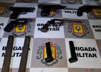 Armas apreendidas com os assaltantes. Crédito: BM / Divulgação