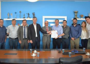 Documento foi assinado pelo diretor-presidente da Corsan, Jorge Melo, e o prefeito Jacques Barbosa. Foto: Divulgação/Corsan