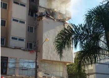 O prédio, que tem 16 apartamentos, foi evacuado e isolado pelo Corpo de Bombeiros. Foto: Marcelo Pola /Divulgação