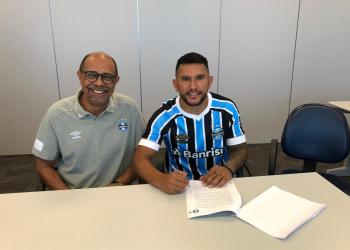 Jogador realizou exames médicos e assinou o contrato no CT Presidente Luiz Carvalho. Foto: Natália Giordano/Divulgação
