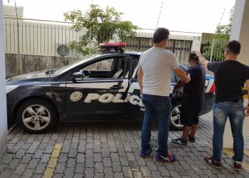 Policiais realizam a prisão do homem de 57 anos. Foto: Divulgação/Polícia Civil
