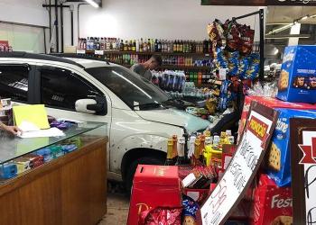 Fiat Uno foi parar dentro de uma fruteira. Foto: Divulgação