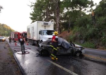 Após a colisão, o veículo pegou fogo e os dois ocupantes do veículo morreram no local. Foto: Divulgação/PRE