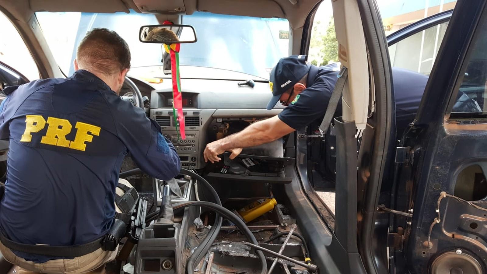 No veículo, os agentes  encontraram dois compartimentos ocultos com diversos tabletes de maconha. Foto: Divulgação/PRF