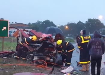 Três carros também foram jogados para fora da pista. Foto: Divulgação/PRF