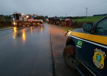 Caminhão ficou caído sobre a rodovia. Foto: Divulgação/PRF
