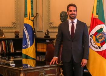 Eduardo Leite entregou o plano ao ministro da Economia, Paulo Guedes. Foto: Gustavo Mansur/Palácio Piratini