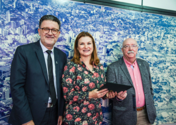 Na foto, Cleber Prodanov, reitor da Feevale; Fátima Daudt, prefeita de NH; e Roberto Cardoso, presidente da Aspeur. Foto: Nadine Funck/Universidade Feevale.