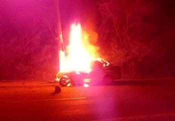 Após colisão, carro pegou fogo. Crédito: Divulgação