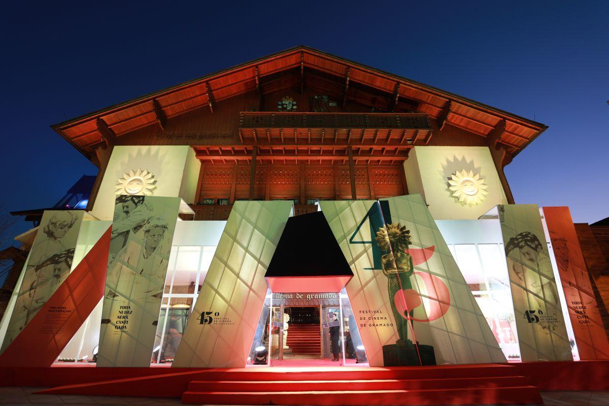 Frente iluminada do Palácio dos Festivais na sua 45ª edição.