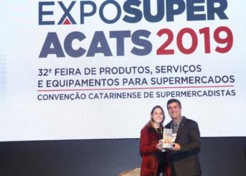 Coordenadora de marketing da Fruki, Jaquelinje Hartmann recebe o troféu. Foto: Carlos Júnior/Acats