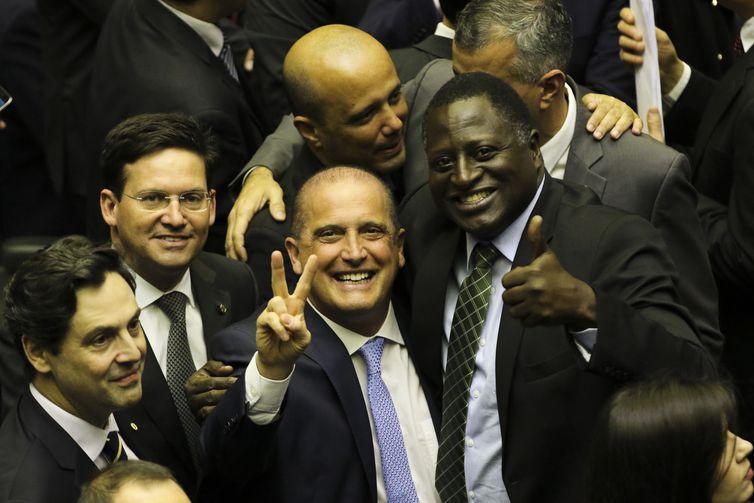 O então ministro da Casa Civil, Onyx Lorenzoni, e o deputado federal Hélio Bolsonaro, durante a sessão de discussão da proposta de emenda à Constituição (PEC) que reforma a Previdência. Foto: Fabio Rodrigues Pozzebom/Agência Brasil (Arquivo)