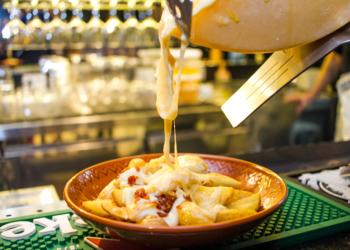 Cru Cheese Drink. Prato com queijo derretido.