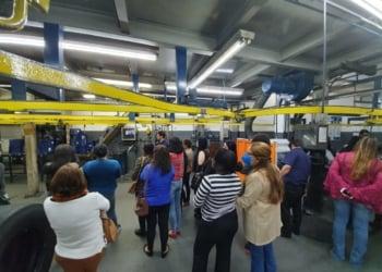 Mulheres em visita à fábrica Pneuscar.