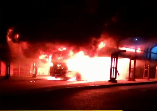 Ônibus foi totalmente destruído pelas chamas. Foto: reprodução de vídeo / Record TV RS
