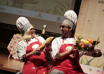 """Atores no espetáculo """"Para crescer temos que saber comer"""". Foto: Divulgação"""