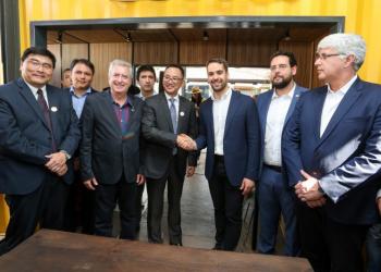 Renovação do acordo até 2025 foi assinada pelo presidente da Toyota do Brasil, Rafael Chang, e pelo governador Leite. Foto: Felipe Dalla Valle / Palácio Piratini