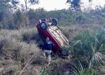 Peugeot 206 capotou após a colisão. Foto: Divulgação/PRF