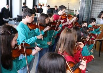 Músicos empunham violinos. Evento contou com a apresentação de músicos do Colégio Sinodal
