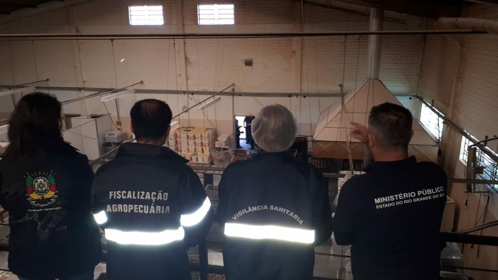 Agentes na operação da Segurança Alimentar durante ação que interditou a fábrica de bolacha. Foto: Divulgação/MPRS