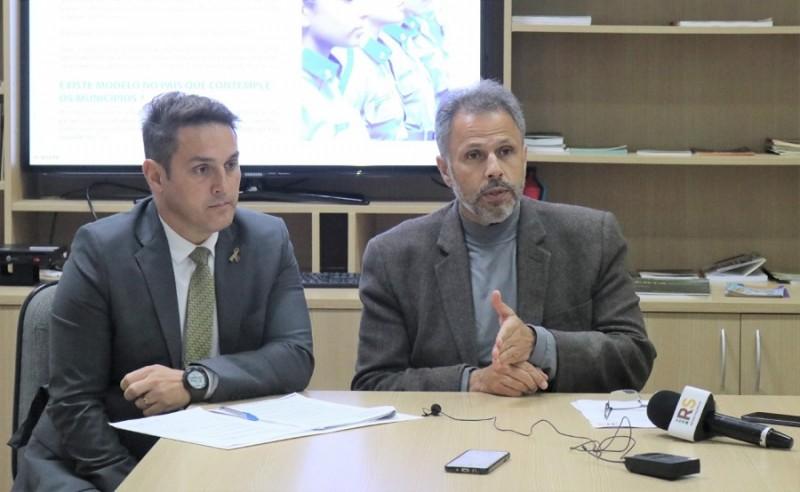 Secretário Karam, acompanhado do deputado Zucco, anunciou os municípios que terão as escolas cívico-militares no RS. Foto: Lucas Peres / Ascom Seduc