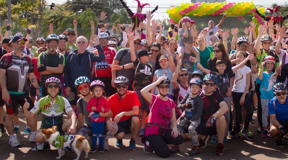 Passeio ciclístico. Dezenas de pessoas reunidas para a atividade.