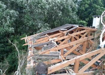 Casa ficou sem o telhado em Gramado. Foto: Divulgação/Defesa Civil