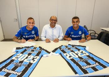 A assinatura do novo contrato contou com a presença do diretor de Futebol, Deco Nascimento. Foto: Lucas Uebel/Divulgação