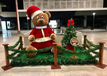 Casa do Papai Noel. Ursinho vestido de Papai Noel.