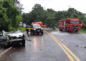Dois passageiros do carro ficaram presos às ferragens. Foto: Divulgação/PRF