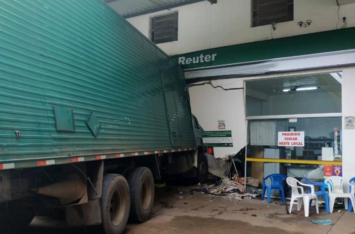 Dois veículos que estavam no local foram atingidos. Foto: Divulgação/BM