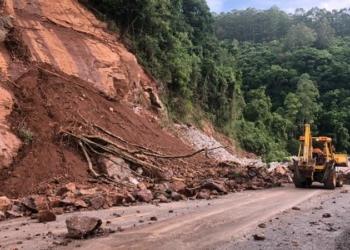 Novas detonações serão feitas nas rochas no alto do talude. Foto: Liana Ramos Carvalho/Ascom Daer