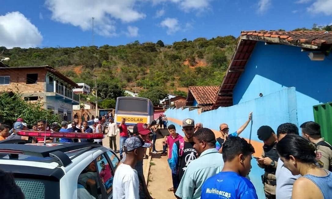 Movimentação em frente à escola em Caraí (MG) Foto: Reprodução / Redes sociais