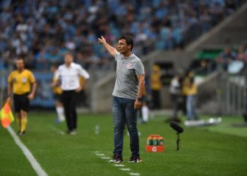 Zé Ricardo orienta o time do Inter da beira do gramado no clássico Gre-Nal na Arena. Foto: Ricardo Duarte/Divulgação