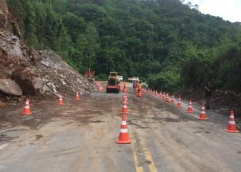 Rochas que desceram da encosta e bloqueavam a rodovia já foram retiradas, mas trecho permanecerá interditado. Foto: Divulgação/ Daer