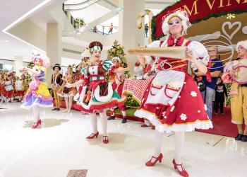Natal da Serra Gaúcha em Shopping de Porto Alegre. Pessoas fantasiadas com motivos natalinos se apresentam para o público de um shopping.