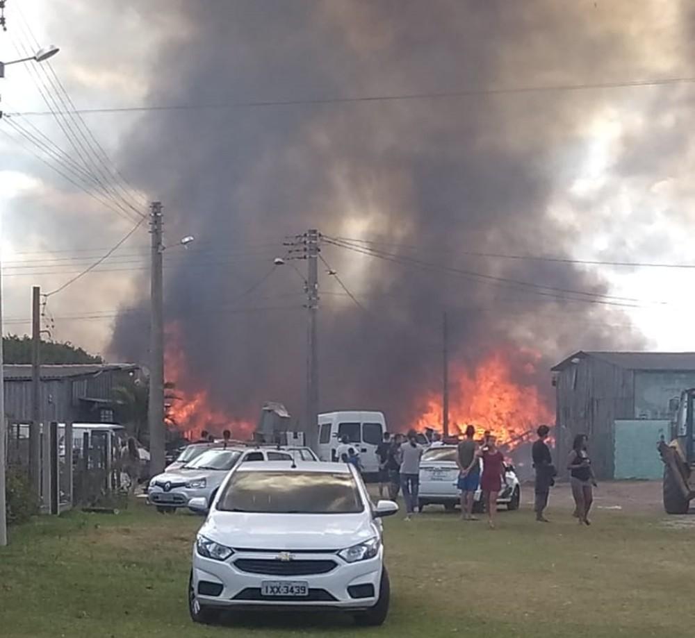 Moradores foram encaminhados para atendimento devido à inalação de fumaça tóxica. Foto: Divulgação/Bombeiros Voluntários de Cidreira