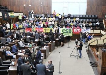 Com 52 deputados presentes no plenário, sessão durou mais de 1h30min. Foto: Celso Bender/ALRS