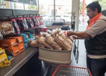 Mais de 100 quilos de produtos vencidos foram inutilizados após uma ação conjunta. Foto: Luciano Lanes / PMPA
