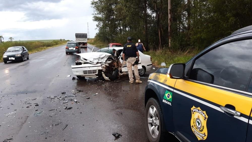 Acidente entre dois carros ocorreu no km 191 na BR-290. Foto: Divulgação/PRF