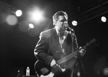 O músico norte-americano subirá ao palco do Instituto Ling para mostrar sua mistura única de blues e rock and roll. Foto:  Anthony Nguyen/Divulgação