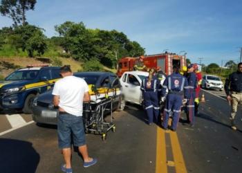Motorista de um dos veículos ficou preso nas ferragens. Foto: Divulgação/PRF