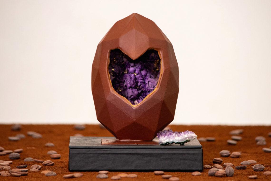Caminho do Coelhinho. Ovo de chocolate com um buraco em forma de coração e simulando dentro uma pedra ametista.