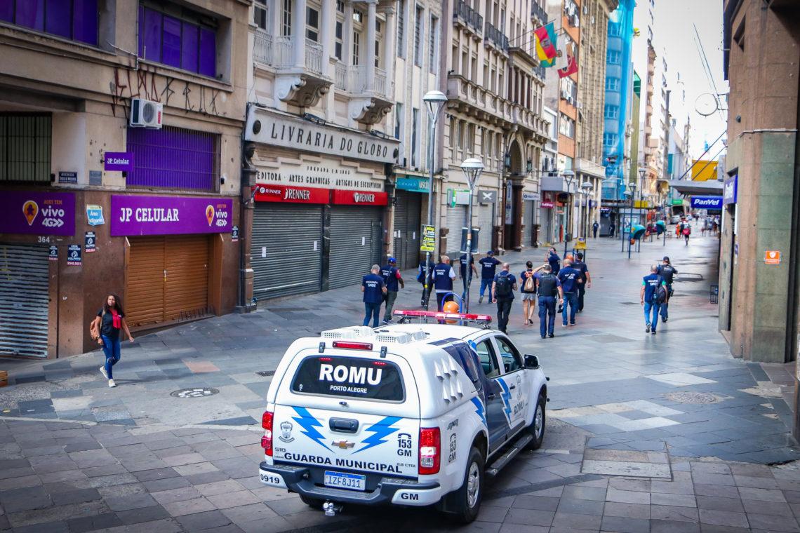 Cumprindo determinação da prefeitura, equipes da SMDE, com a apoio da Guarda Municipal, estiveram fiscalizando a área central da Capital. Foto:Foto: Alex Rocha/PMPA