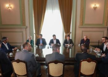 Antes da transmissão pela internet, governador apresentou o decreto aos chefes de poderes. Foto: Itamar Aguiar/Palácio Piratini